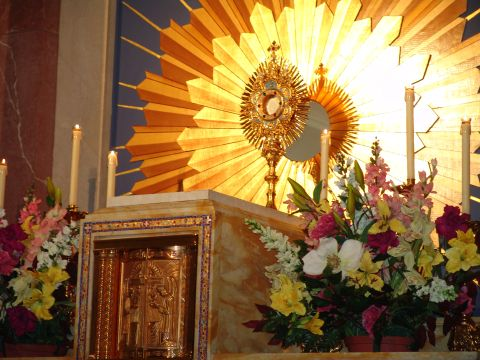 tabernacle-and-monstrance.jpg (480×360)
